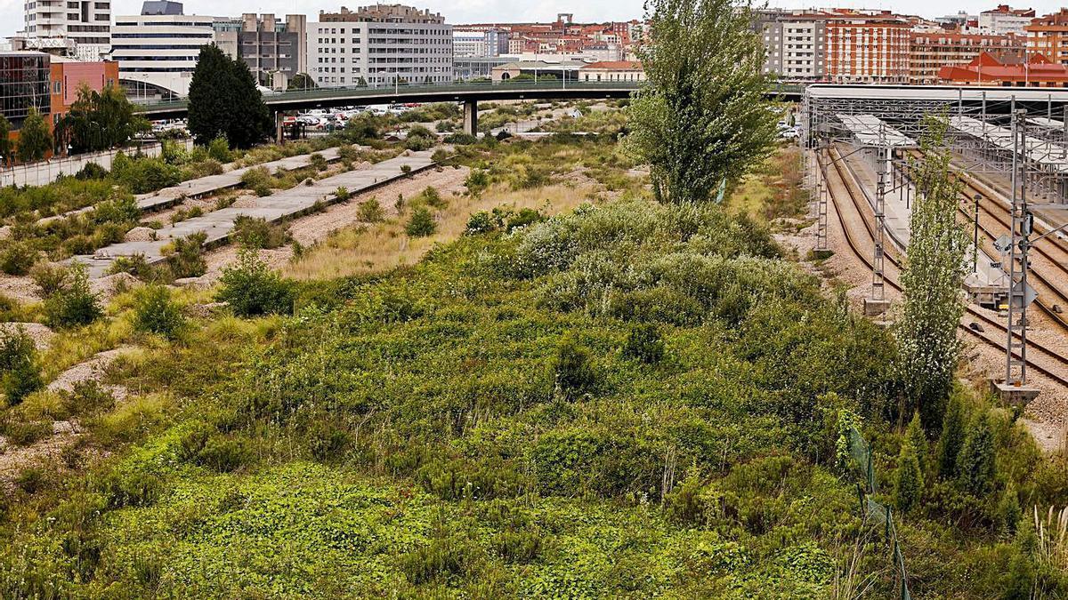 La zona de Moreda en la que se plantea la futura estación, con Sanz Crespo a la derecha. | Marcos León