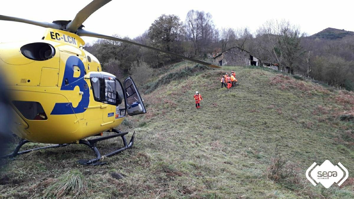 Los rescatadores trasladan al herido hasta el helicóptero.