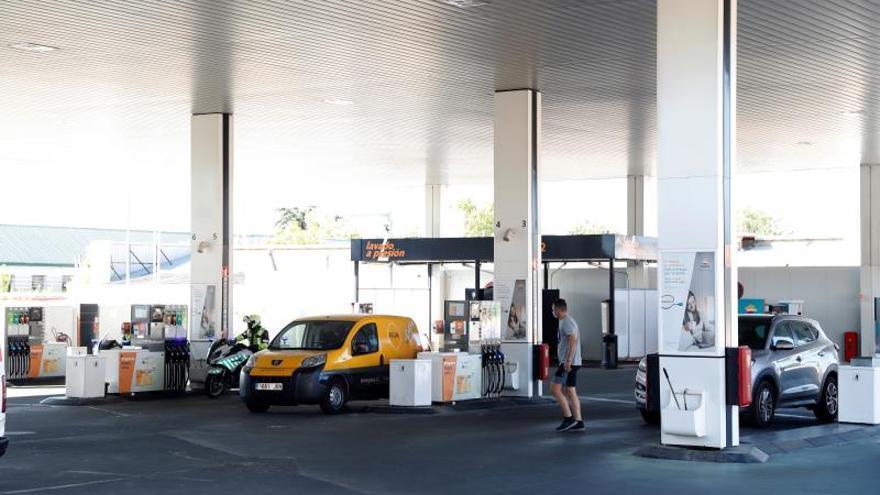 Le ponen una multa de tráfico por parar más de 15 minutos en una gasolinera