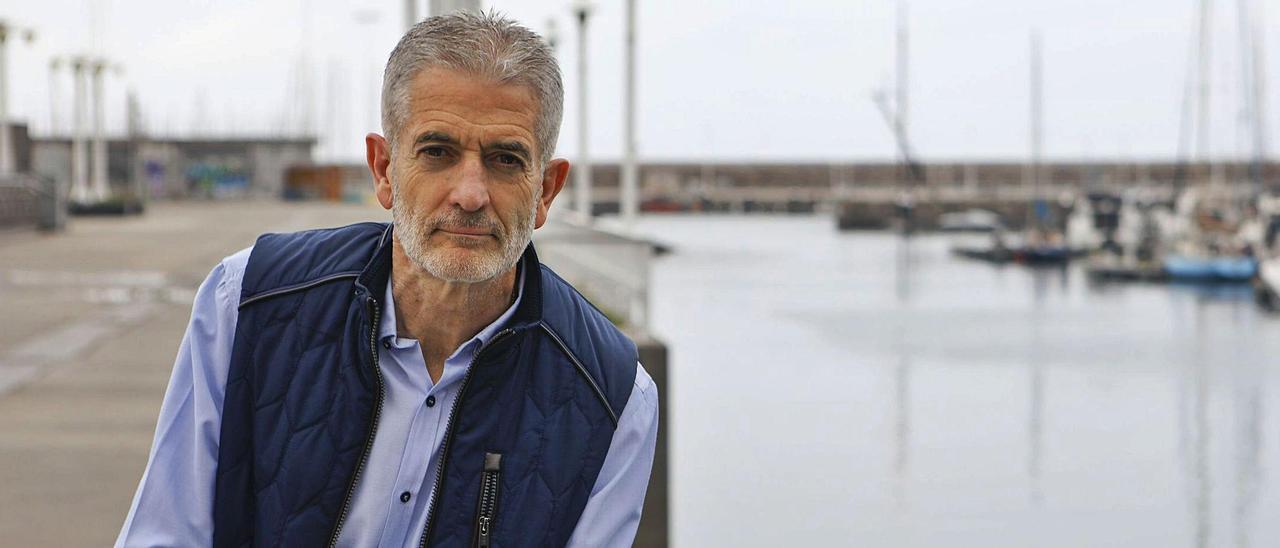 Ramón Gallego, en el puerto deportivo de Gijón.    MARCOS LEÓN
