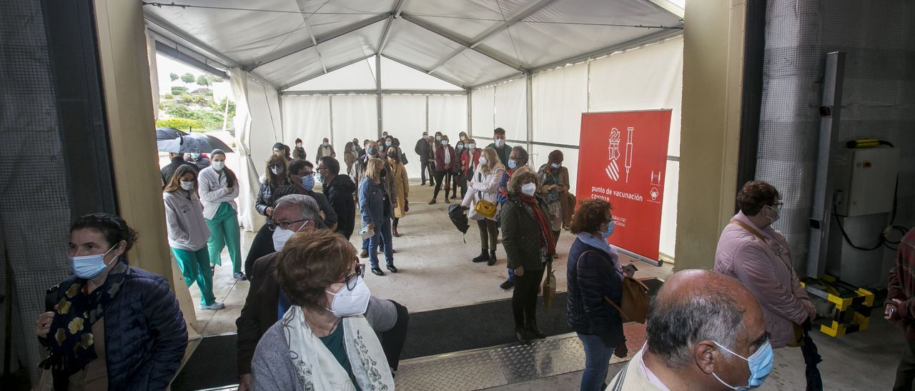 Personas esperando para vacunarse en Ciudad de la Luz, en Alicante.