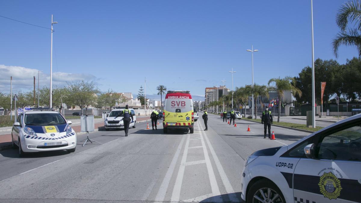 Un control de la Policía Local de Gandia en el acceso a la playa