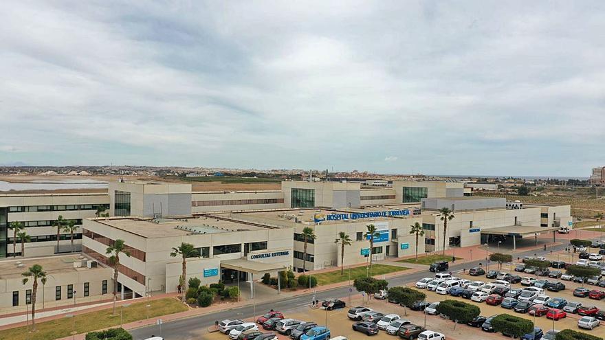 La saturación del Hospital de Torrevieja se mantiene pese a la apertura de camas