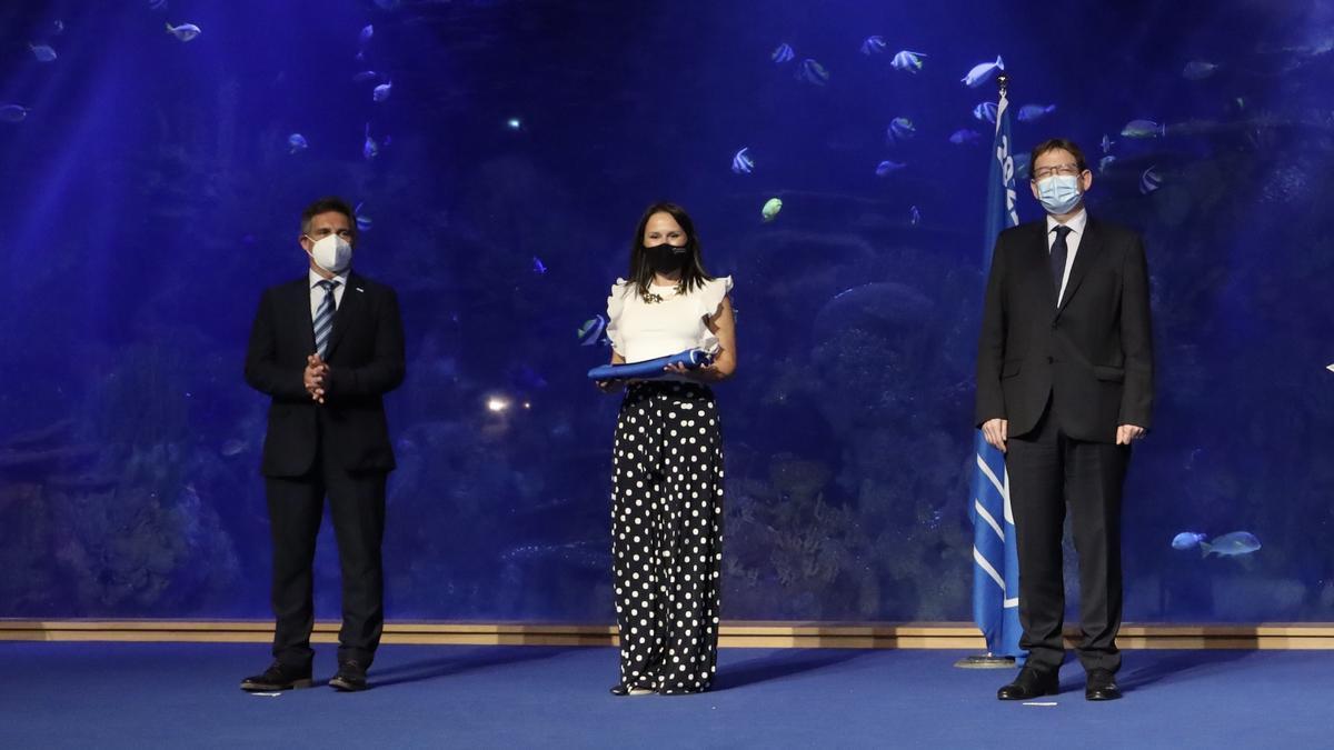 La alcaldesa, Merche Galí, recogió la primera bandera azul en un acto celebrado en el Oceanogràfic, al que acudió el president Ximo Puig.
