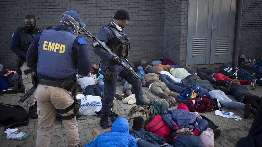 Al menos 45 muertos en una ola de violencia y saqueos masivos en Sudáfrica