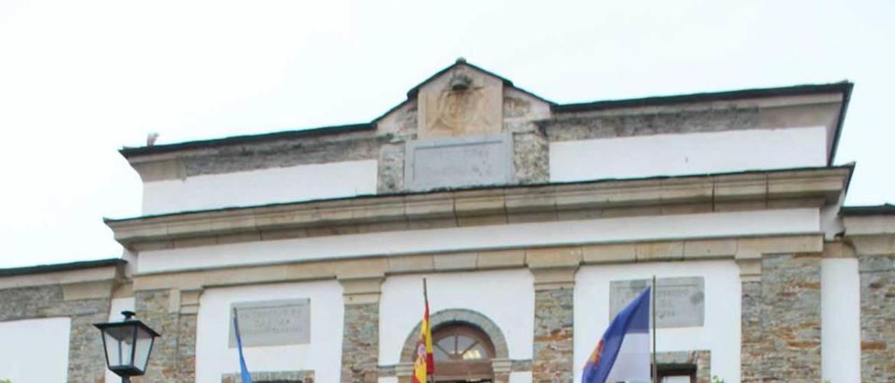 Pedro Fernández, delante del Ayuntamiento tapiego.