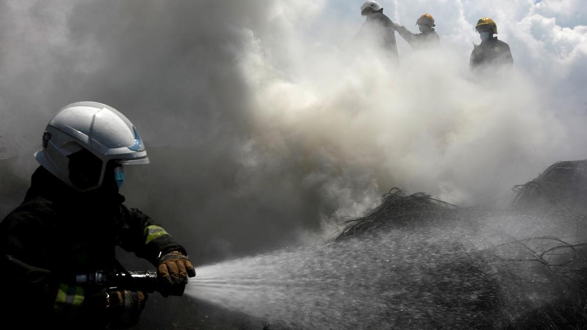 Efectivos de bomberos tratan de sofocar un incendio en Nepal