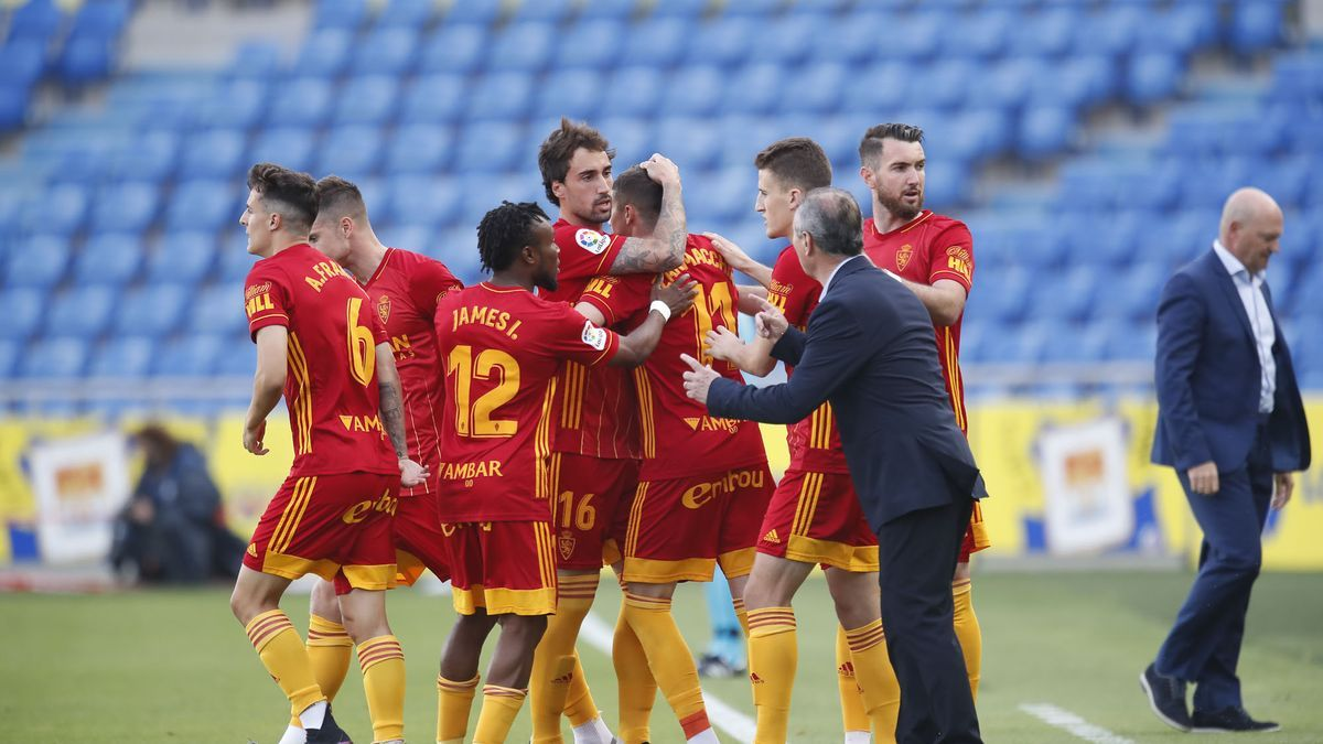 Juan Ignacio Martínez se acerca a felicitar a sus jugadores tras el 0-1 en Las Palmas.