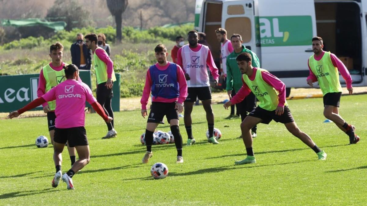 Javi Flores da un paso adelante y se entrena con el grupo en la sesión del Córdoba CF