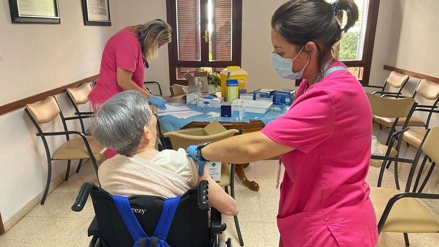 Sanidad empieza a poner la tercera dosis en los geriátricos de la provincia de Alicante