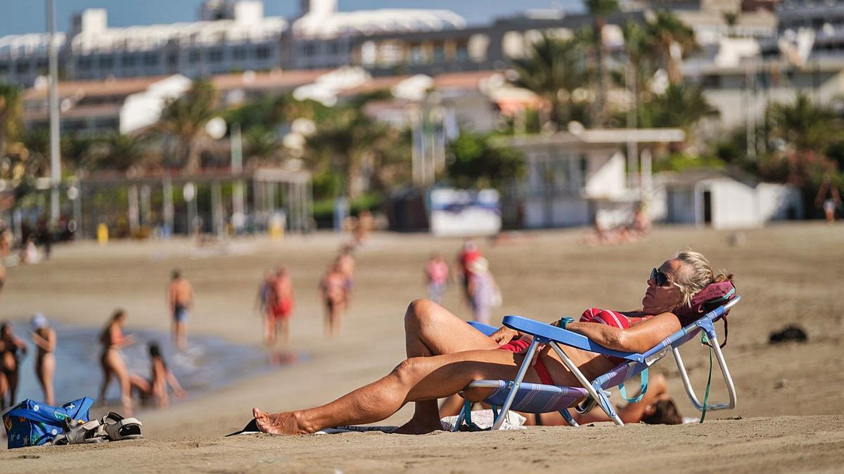 Una turista, hace unos días, en la playa de Las Vistas de Los Cristianos (Arona).