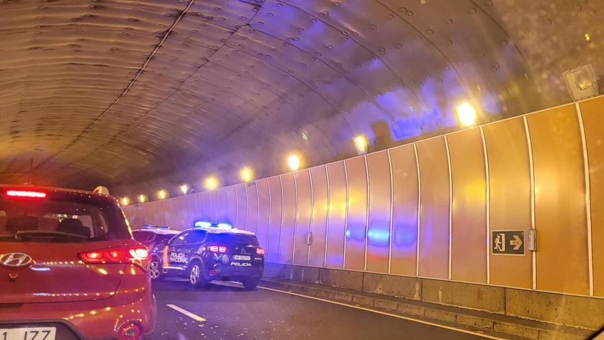 Accidente de una guagua y un coche en el túnel de Bajamar, en La Palma