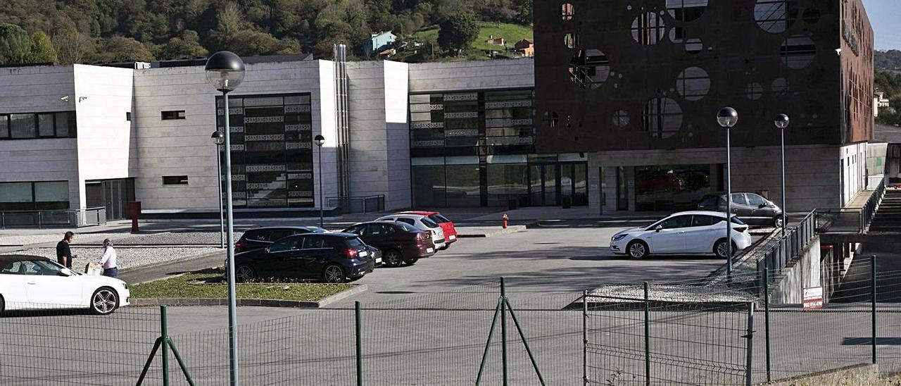 Las instalaciones del centro de Barros, en una imagen tomada ayer. | Miki López
