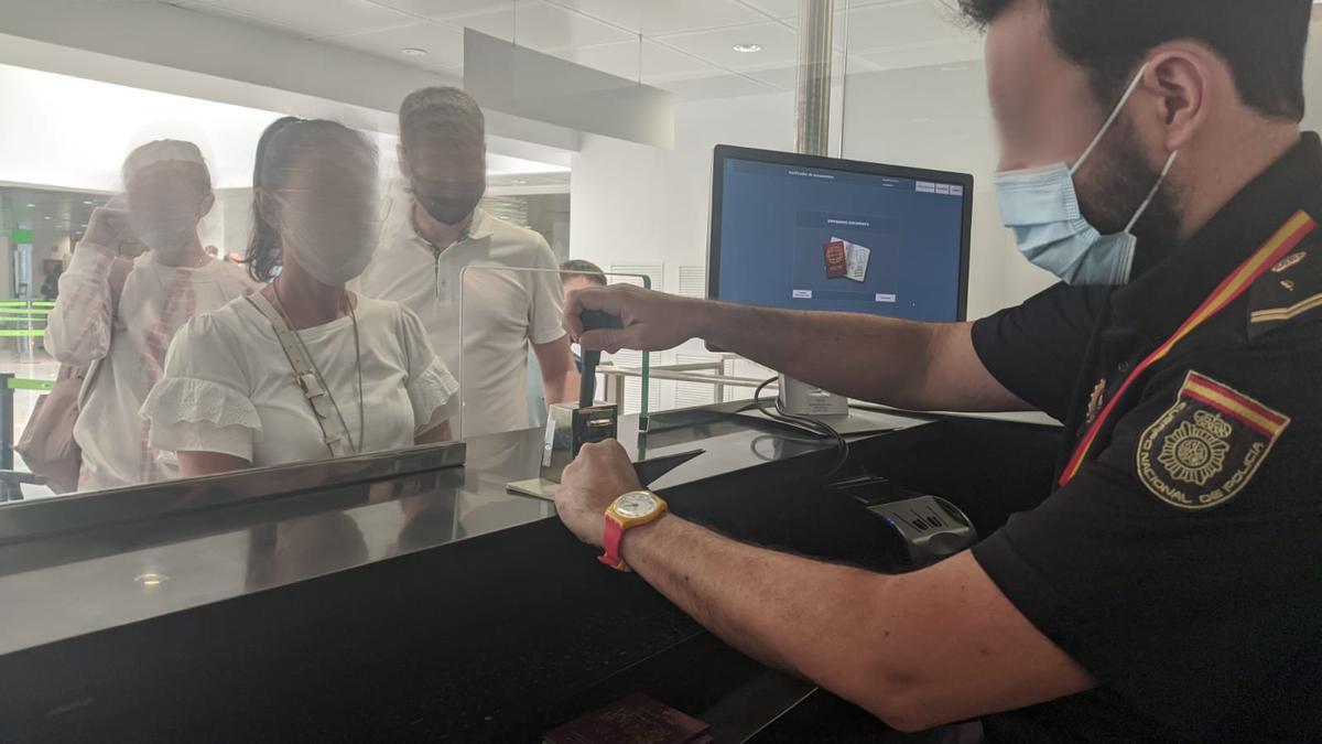 Un policía, en uno de los puestos de control de documentación en el aeropuerto de Palma