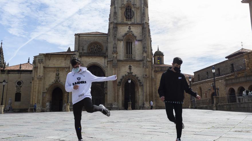 """El escenario perfecto para el baile viral del """"Shuffle electrónico"""": la plaza de la Catedral"""