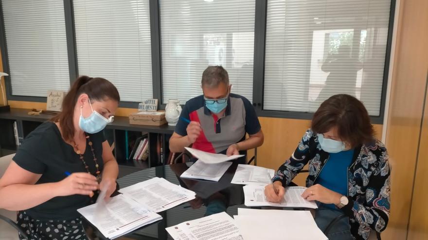 Soneja firma el contrato para la construcción del nuevo colegio