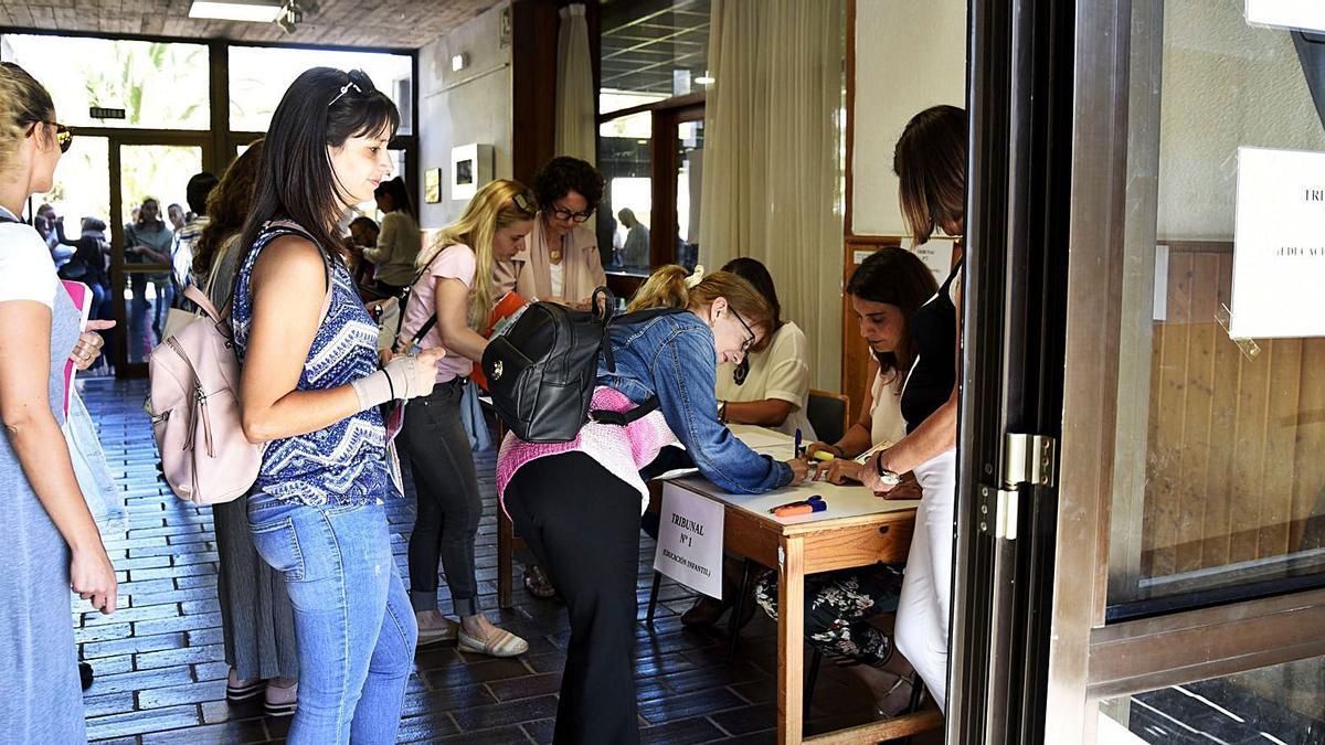 Opositores a plazas de maestros de Primaria esperan por una de las pruebas de acceso en La Laguna.     EL DÍA
