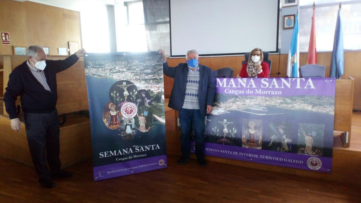 Carlos Hermelo y Manuel Gil sostienen uno de los grandes carteles de Semana Santa con la edil Aurora Prieto, en la presentación.