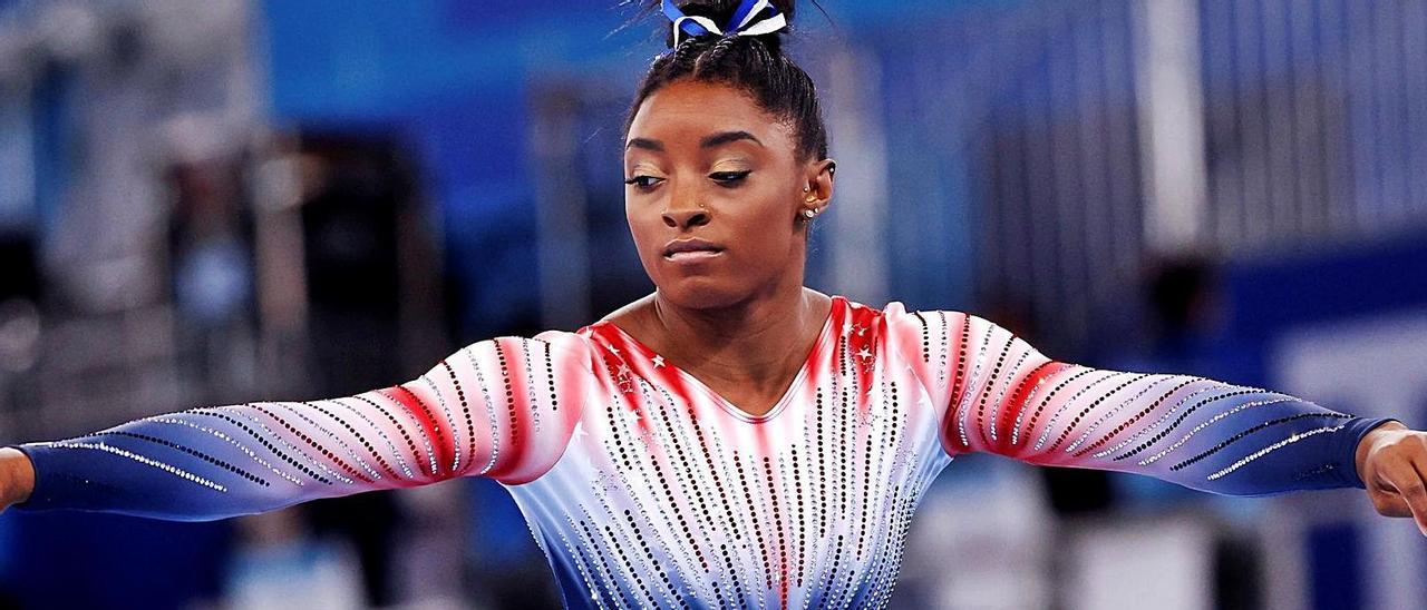 La estadounidense Simone Biles, durante la final de gimnasia rítmica de ayer, en la modalidad de barra de equilibrio.   How Hwee Young / Efe