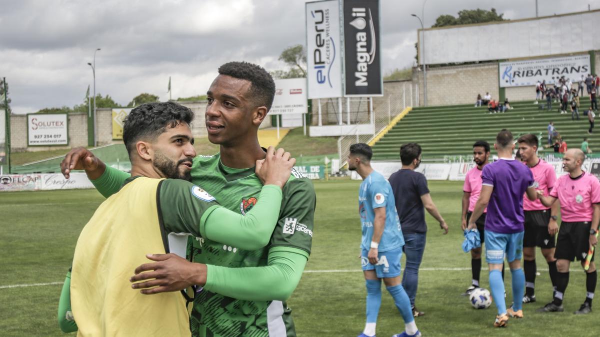 Bermu y Marvin, jugadores del Cacereño, abrazándose tras un partido.