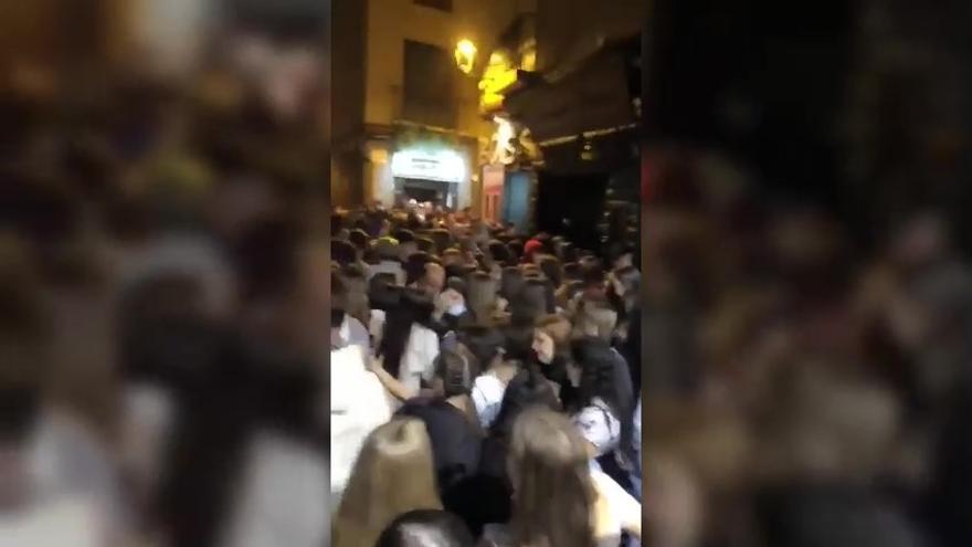 Masificación en el Casco viejo de Zaragoza tras el cierre de los bares