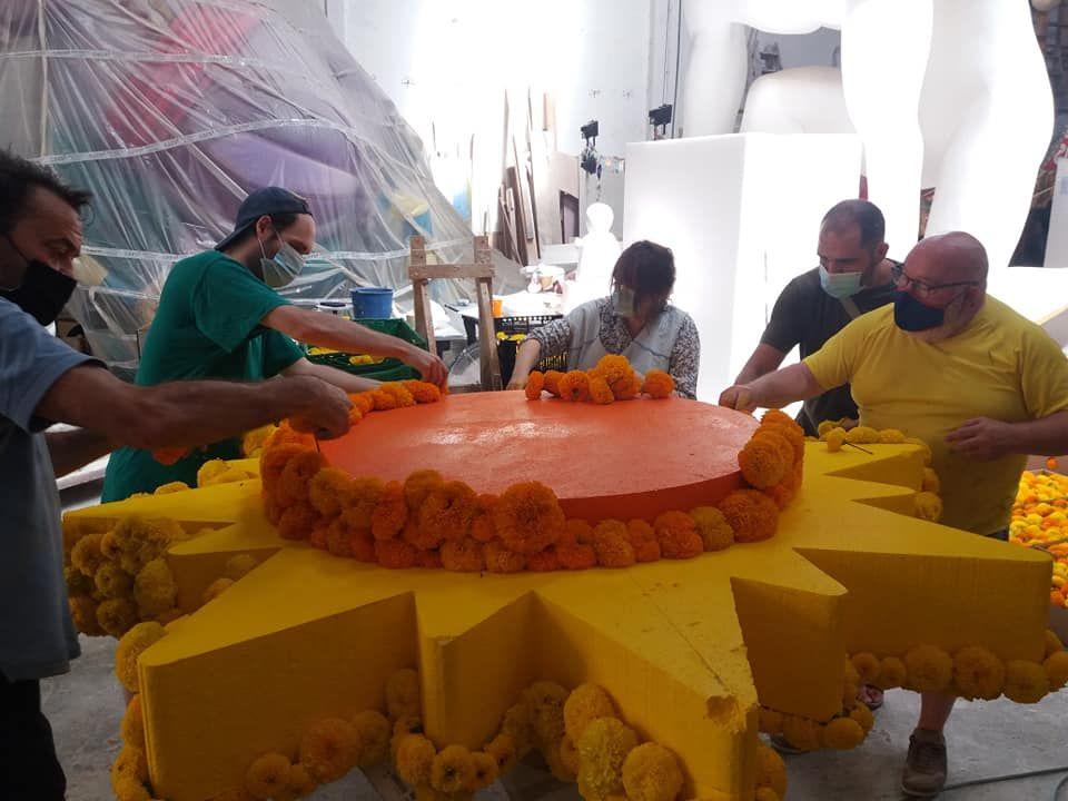 """El espíritu de la """"punxà"""" vuelve a los talleres falleros de carrozas"""