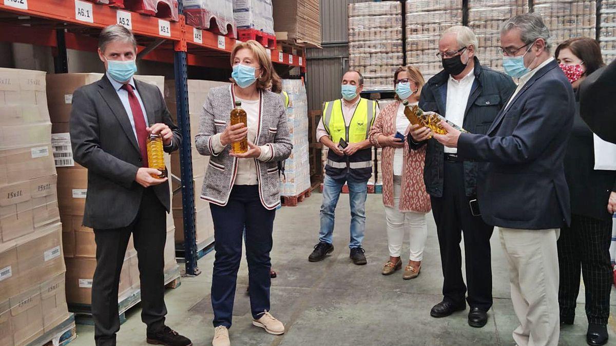 Delia Losa, junto a Sopeña y Lana -en el centro-, en su visita a la nave del Banco de Alimentos en Argame (Morcín).