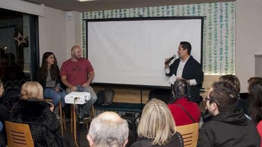 """Música, vídeos y """"coaching"""" durante la presentación de la nueva obra literaria del peruano James Sosa"""