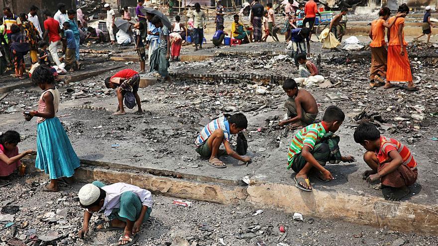 """""""Nunca había visto nada tan devastador"""", declara el director de una oenegé tras el incendio del campamento rohinyá en Bangladés"""