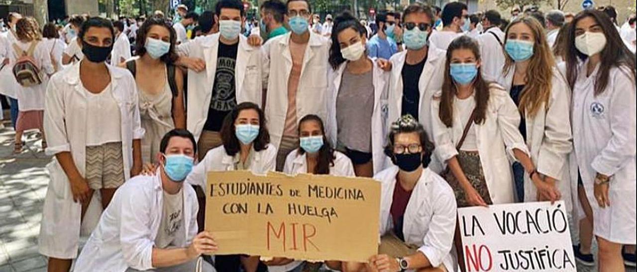Un grupo de estudiantes de Medicina en una de las pasadas movilizaciones de los MIR. | LEVANTE-EMV