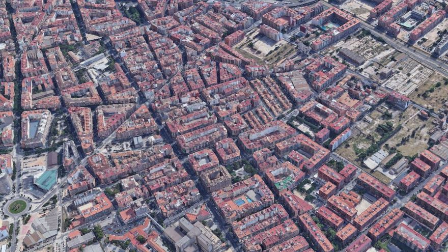 Un motorista choca contra la terraza de un bar en València