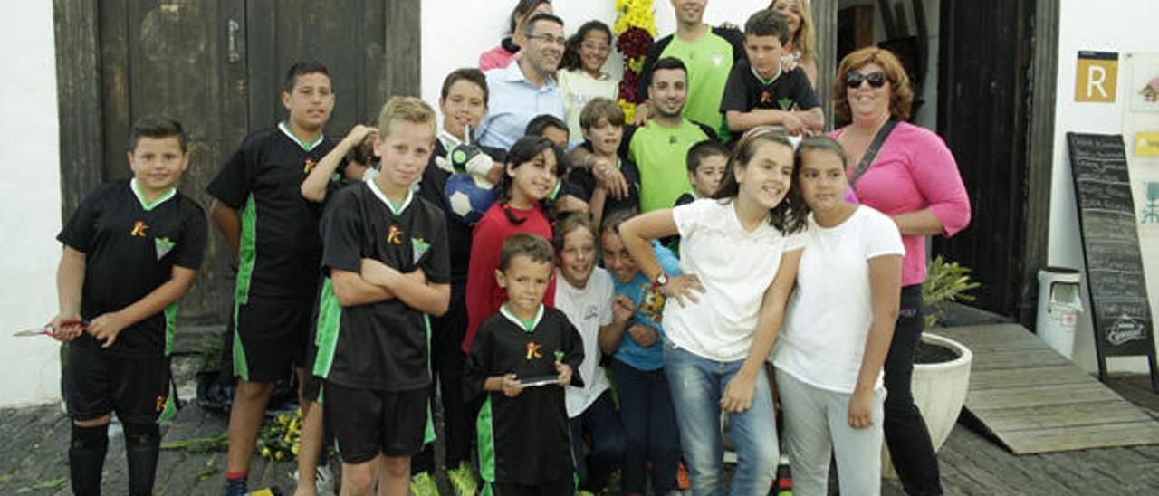 Estudiantes, el jueves, junto al alcalde y concejala de Cultura en Teguise.