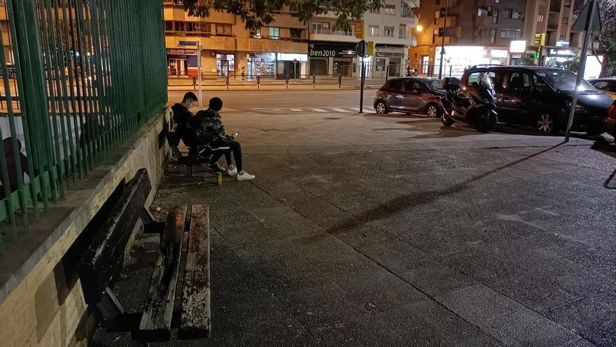 Una sexagenaria baja con una táser a una calle de Zaragoza para callar la bulla de unos menores