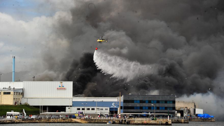 El espectacular incendio de la planta de Jealsa de Boiro, en imágenes