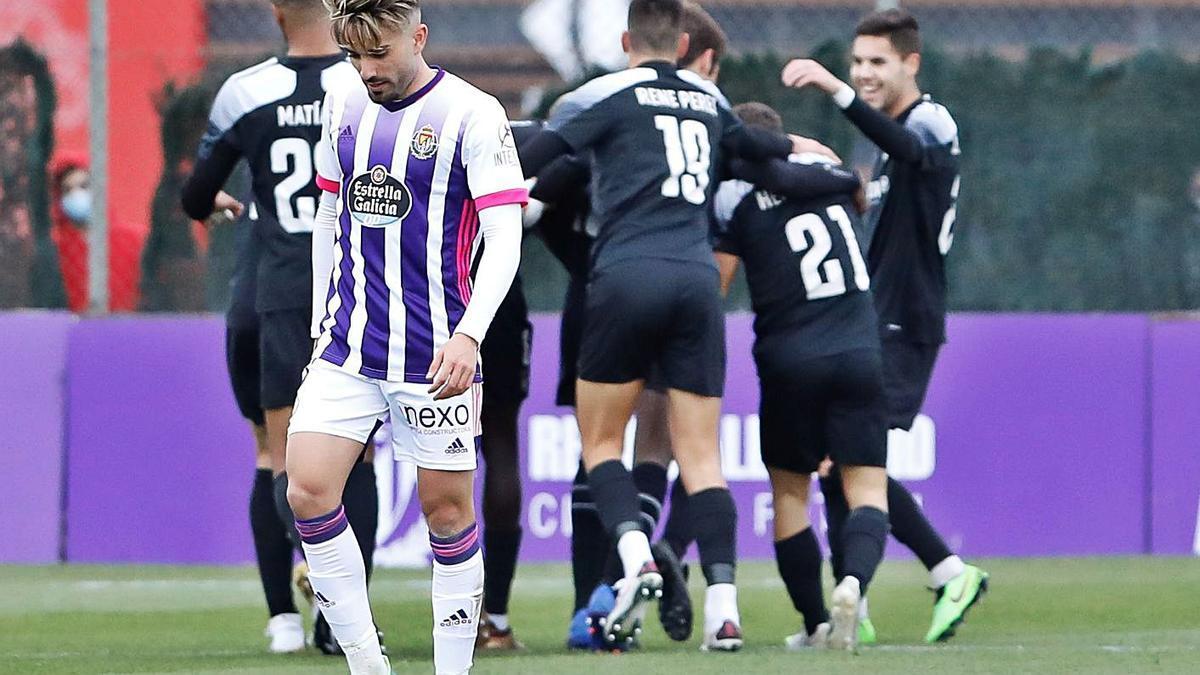 Los jugadores del Lealtad celebran el gol de la victoria en Valladolid.    J. M. Lostau