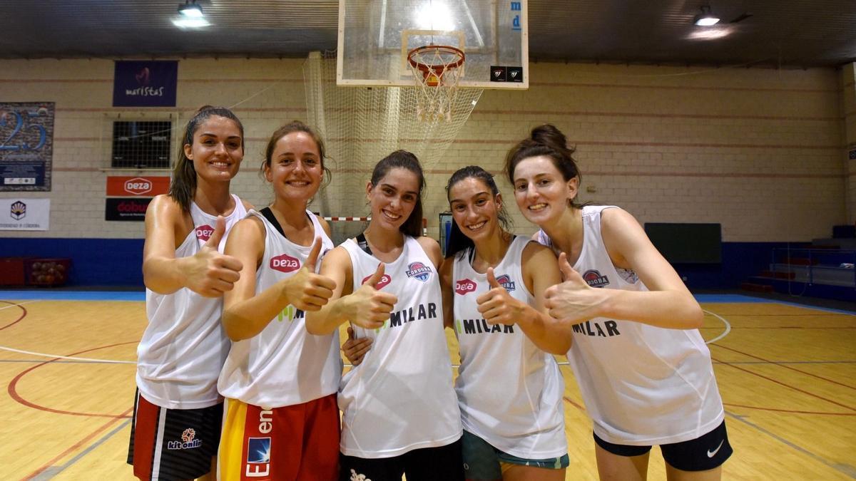 Jugadoras del Milar Córdoba BF en el pabellón del Colegio Cervantes.
