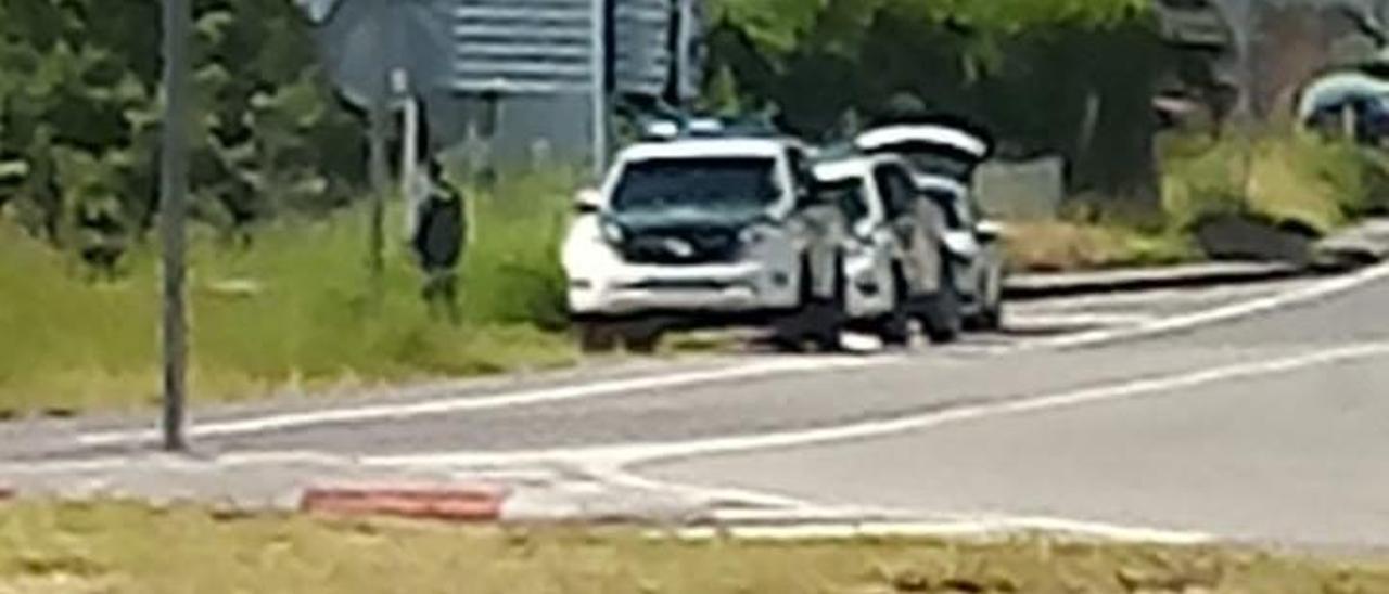 Un coche patrulla, delante del vehículo del atracador.