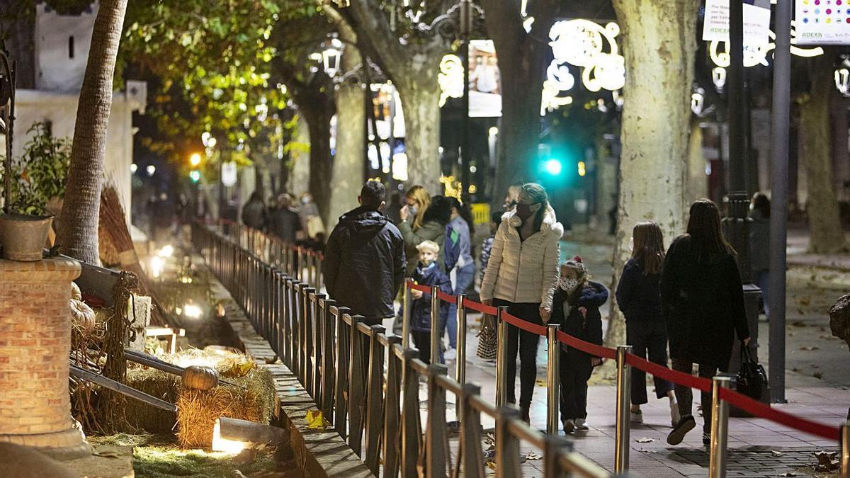 Los visitantes disfrutan «desde fuera» del Belén de Xàtiva |