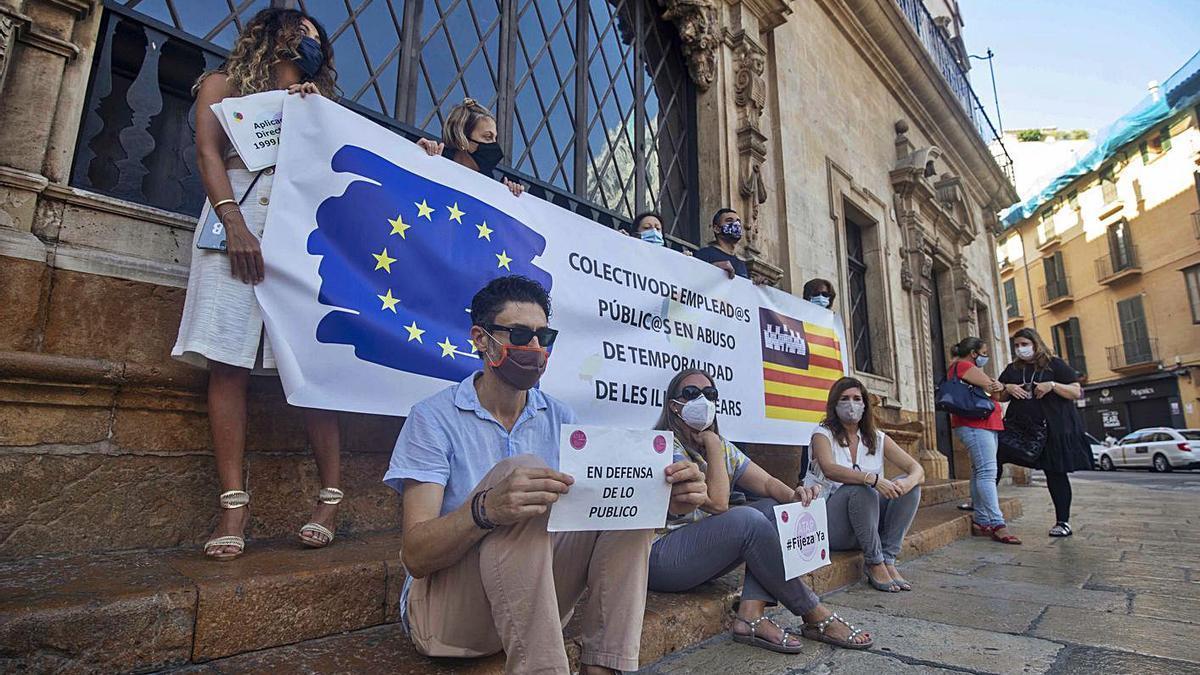 Miembros de la platafoma de Interinos protestaron ayer en la plaza de Cort.