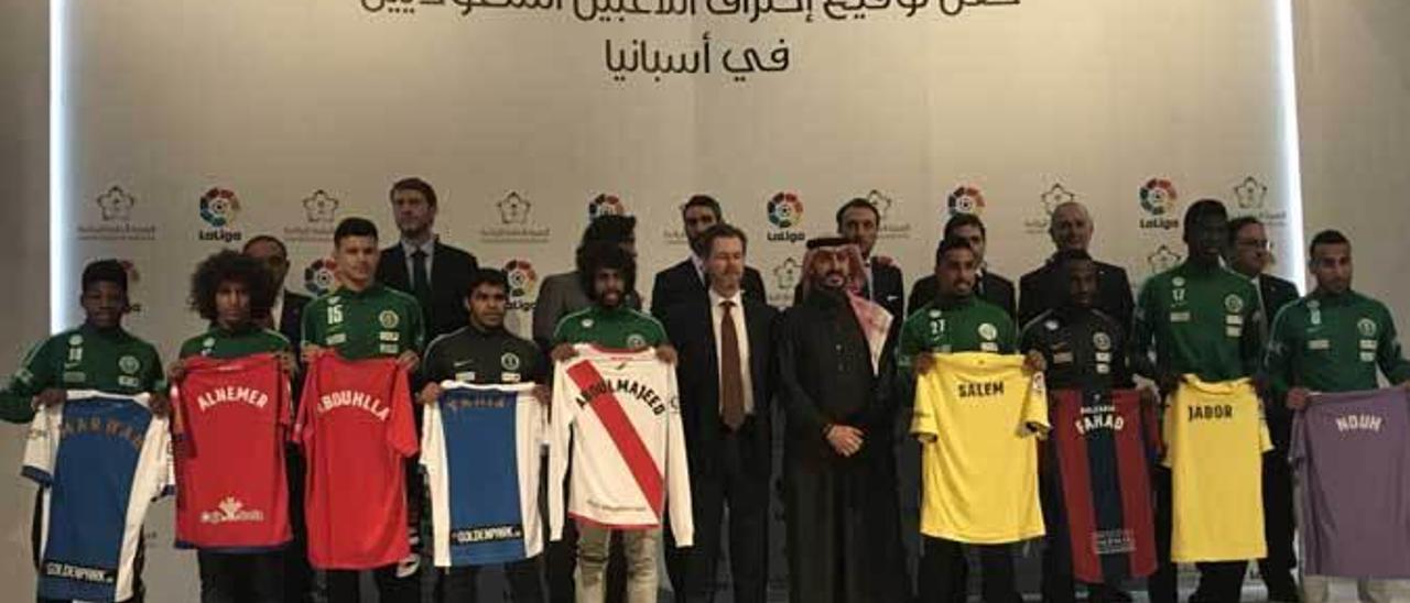 Los nueve jugadores saudíes -Abduhlla es el tercero por la izquierda-, con los dirigentes detrás y Javier Fernández el primero por la derecha.