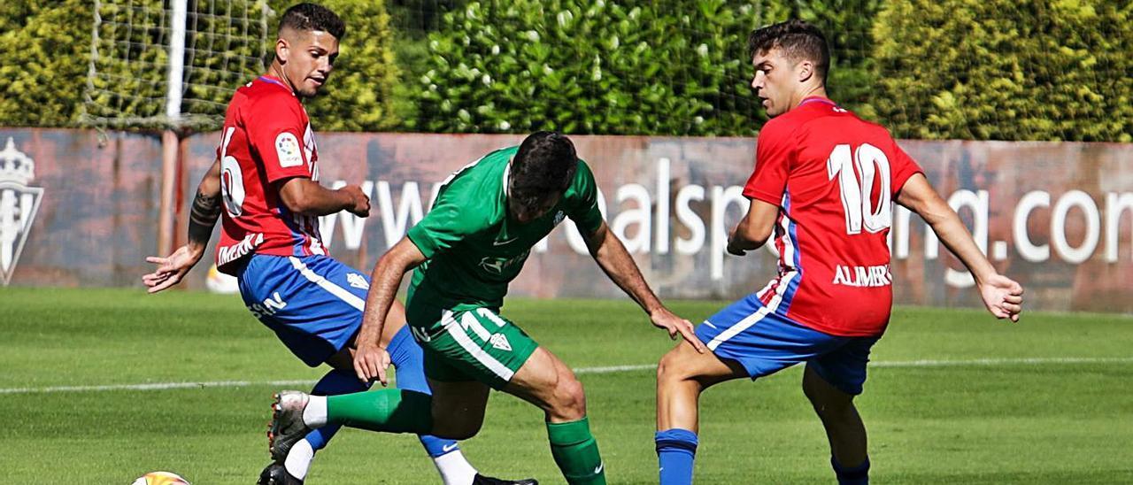 Por la derecha, Nacho Méndez presiona a Campuzano ante la presencia de Berto.