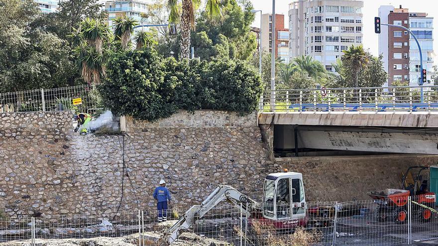 Obras en el barranco de la Albufereta para construir la nueva pasarela a la playa