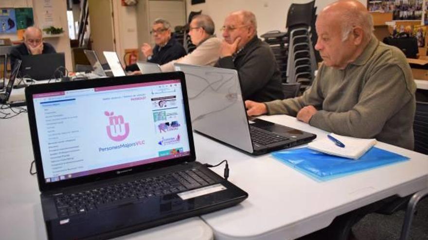 El centro de Salvador Allende inicia  el curso móvil de informática