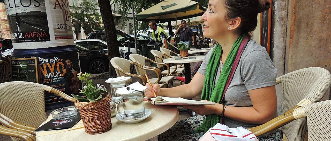 La artista Dolça Quesada cogiendo inspiración para su última obra.  | INFORMACIÓN