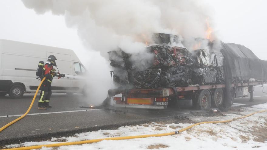 Arde un camión de chatarra en la autovía A-66, en Montamarta