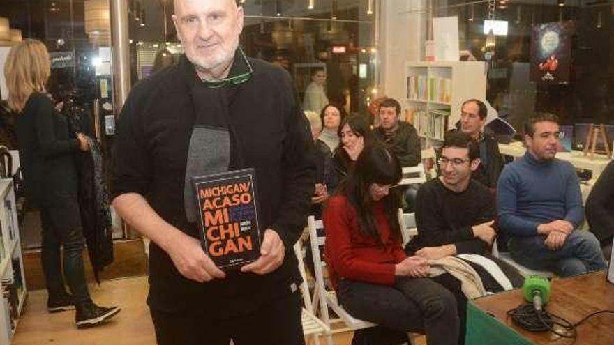 Antón Reixa se reivindica como escritor y presenta en la ciudad su primer libro