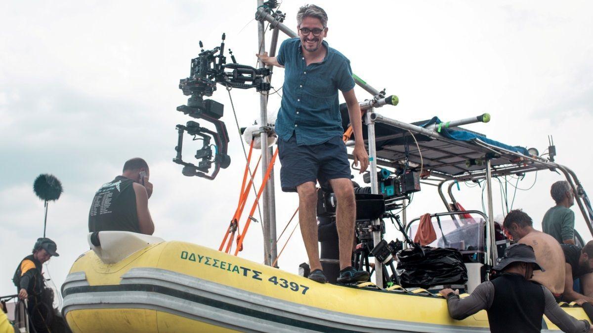 Marcel Barrena sobre una lancha, durante el rodaje