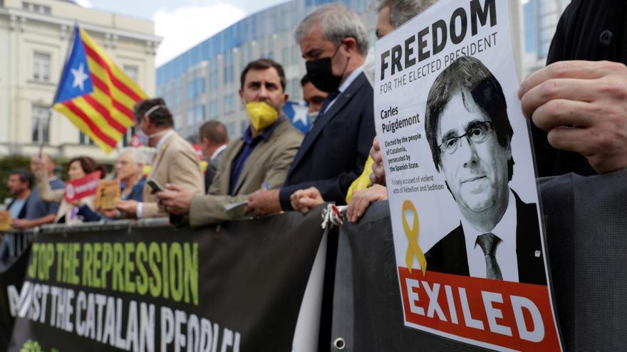 Cientos de manifestantes protestan frente al consulado italiano en Barcelona por la detención de Puigdemont