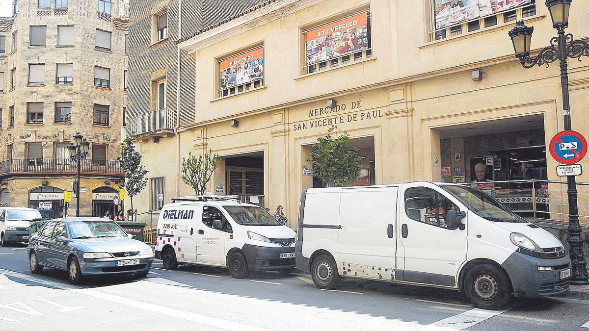Dos furgonetas en las puertas de entrada del mercado de San Vicente de Paúl, en Zaragoza
