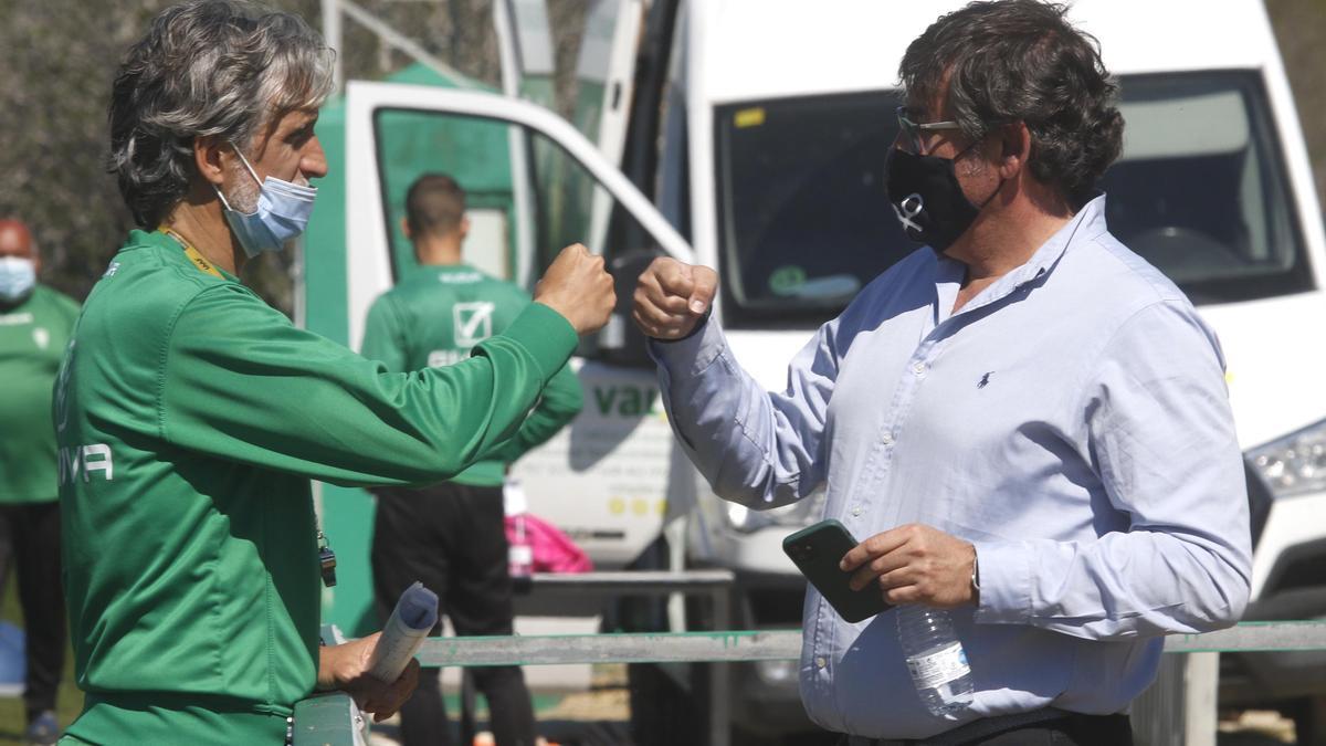 Pablo Alfaro y Javier González Calvo se saludan en la Ciudad Deportiva, el pasado miércoles.